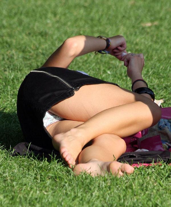 芝生で寝ころぶ外国人のパンチラ 12