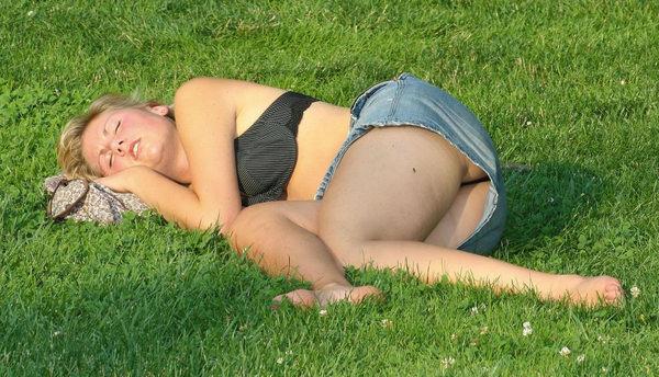 芝生で寝ころぶ外国人のパンチラ 20