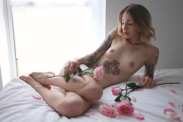 外国人美女のヌードと綺麗な花 15