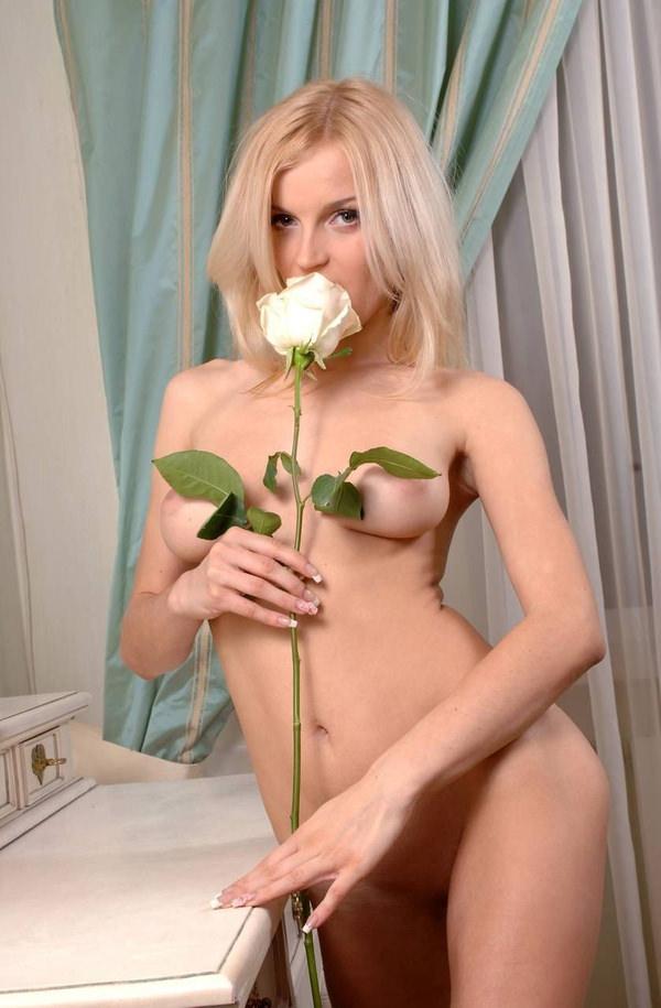外国人美女のヌードと綺麗な花 16