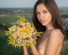 綺麗な花と美しい外国人女性のヌード