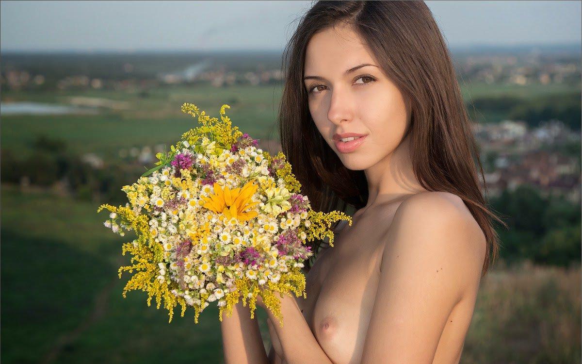 外国人美女のヌードと綺麗な花