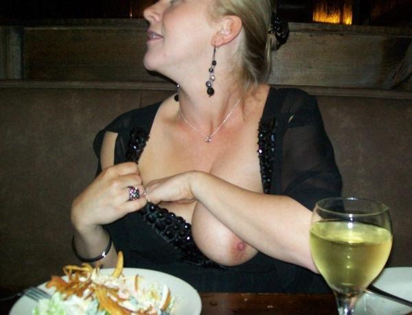 レストランでおっぱいを露出する外国人 1