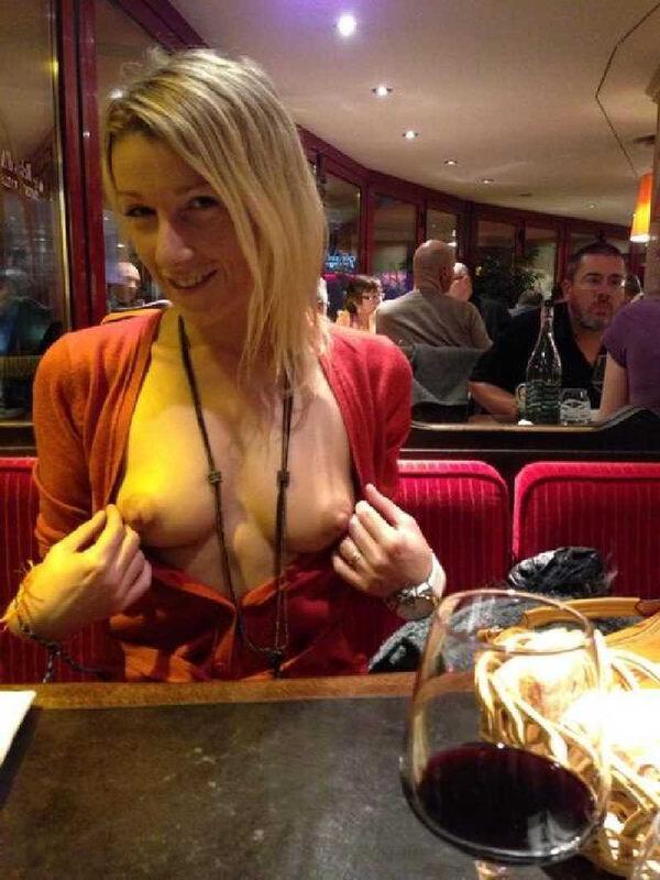 レストランでおっぱいを露出する外国人 14