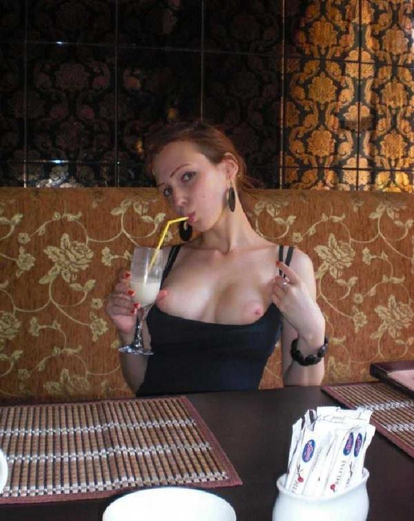 レストランでおっぱいを露出する外国人 15