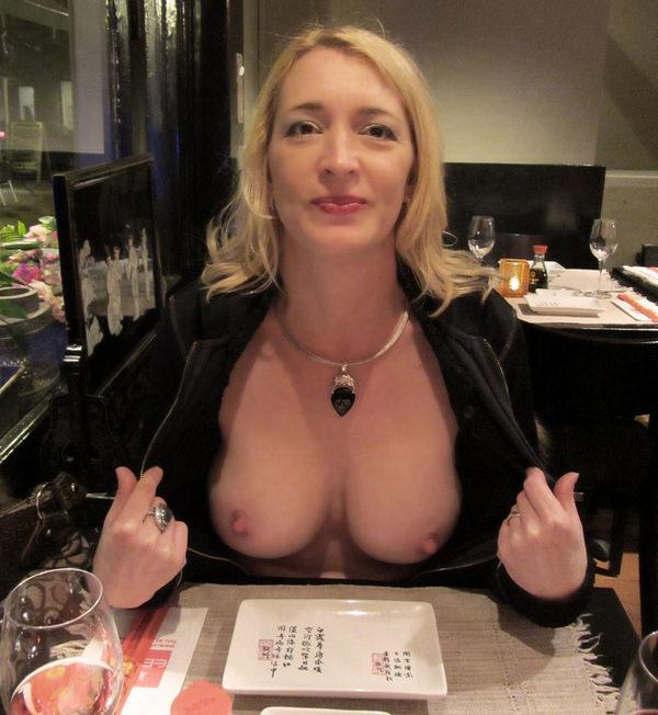 レストランでおっぱいを露出する外国人 34