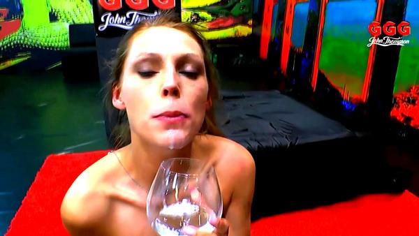 グラスに溜めたザーメンをごっくんする外国人女性 5