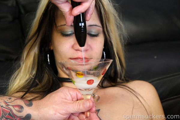 グラスに溜めたザーメンをごっくんする外国人女性 22