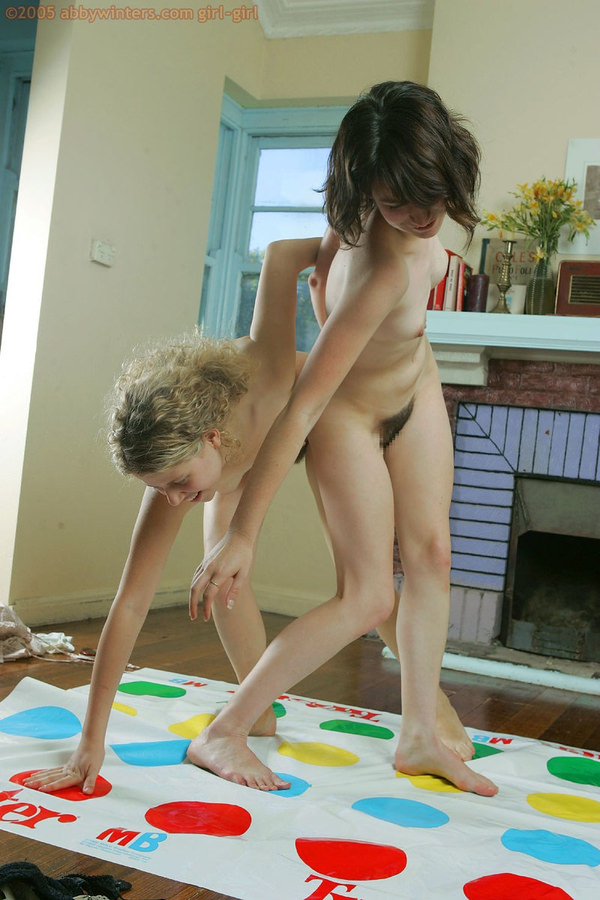 外国人美女が裸でツイスターゲーム 1