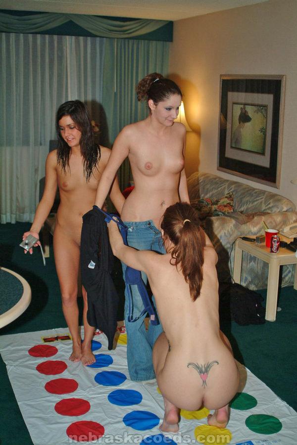 外国人美女が裸でツイスターゲーム 7