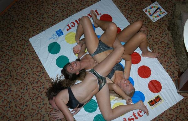 外国人美女が裸でツイスターゲーム 34
