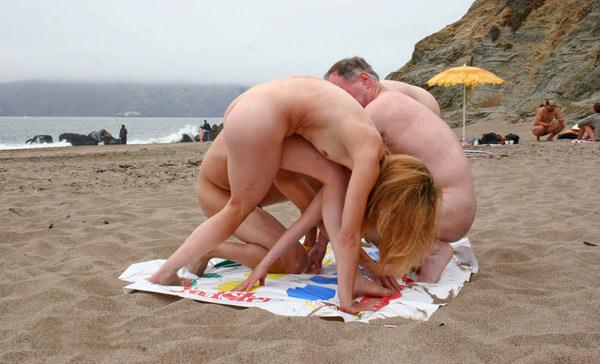 外国人美女が裸でツイスターゲーム 18