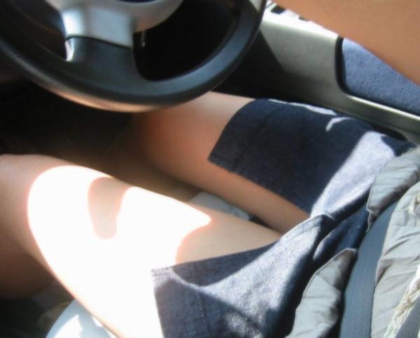 ミニスカの女の子が太もも丸出しで運転中 3