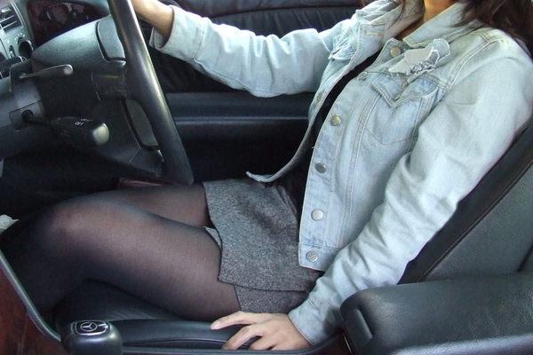 ミニスカの女の子が太もも丸出しで運転中 4