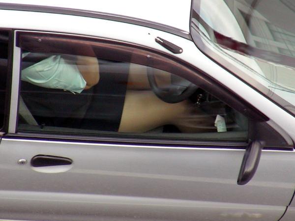 ミニスカの女の子が太もも丸出しで運転中 27