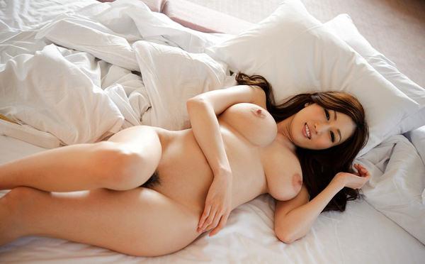 寝ころんでる美巨乳の女の子 29