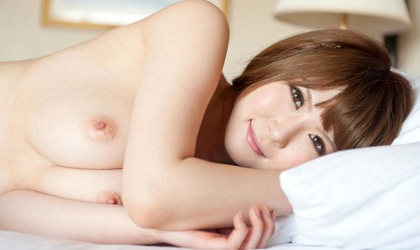 寝ころんでる美巨乳の女の子 31