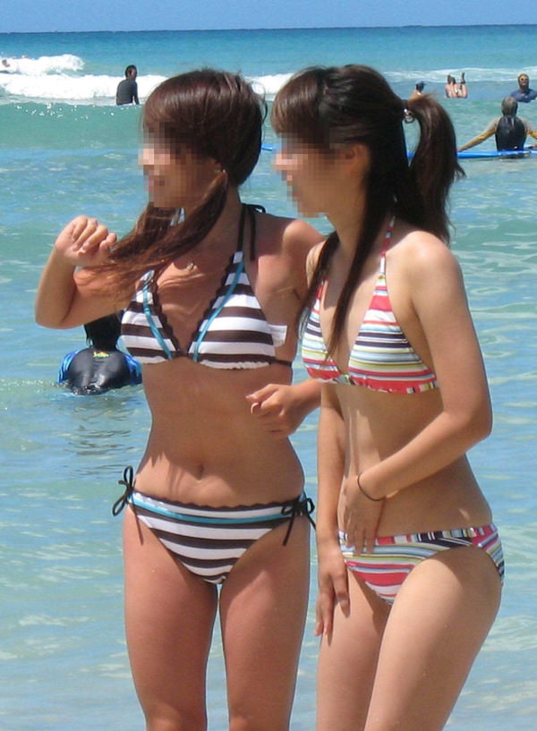 ビーチで遊ぶビキニの貧乳素人 9