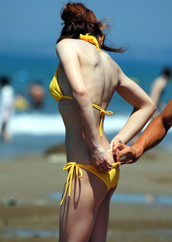 ビーチで遊ぶビキニの貧乳素人 14