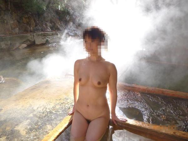 露天風呂に入ってる素人女性 6
