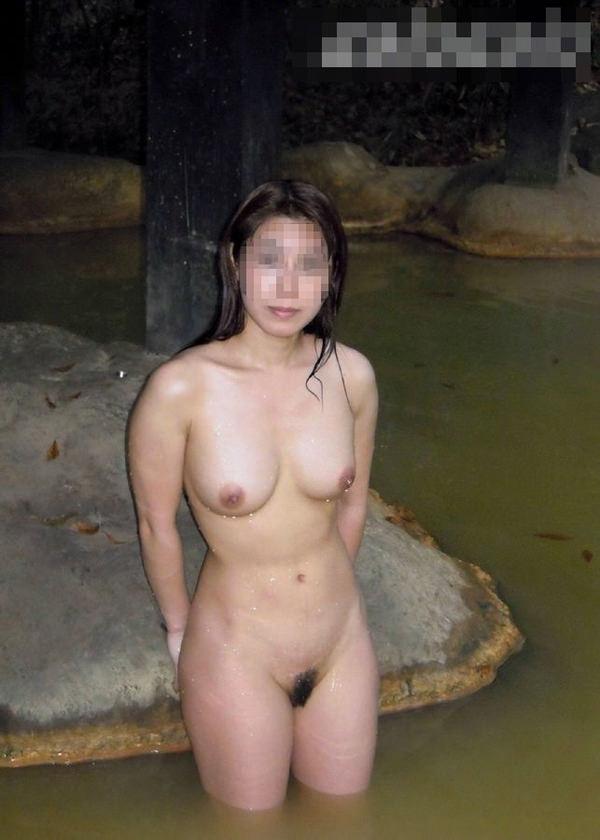 露天風呂に入ってる素人女性 10