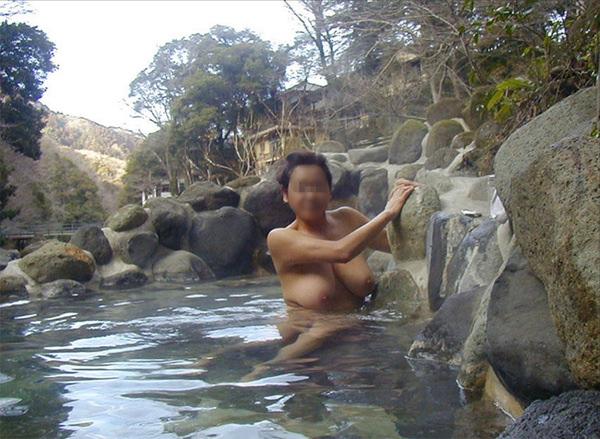 露天風呂に入ってる素人女性 11