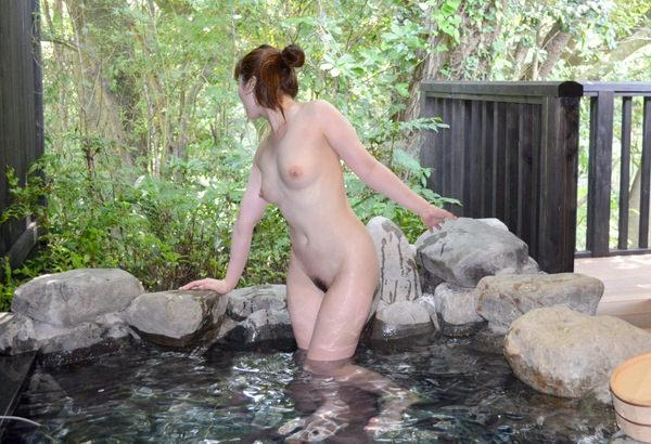 露天風呂に入ってる素人女性 15