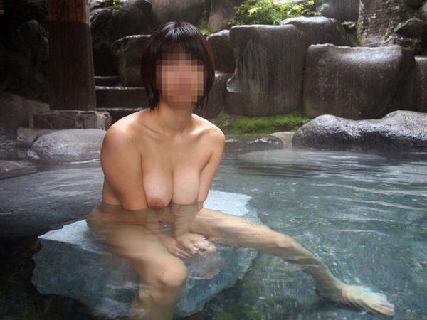 露天風呂に入ってる素人女性 16