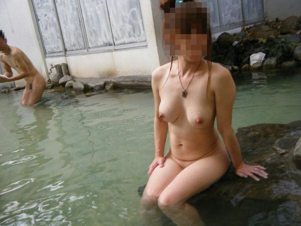 露天風呂に入ってる素人女性 23