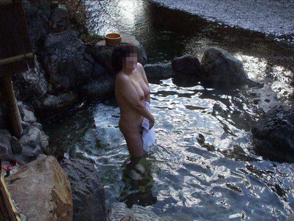 露天風呂に入ってる素人女性 27
