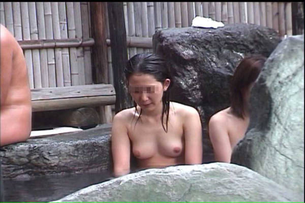露天風呂に入ってる素人女性 29