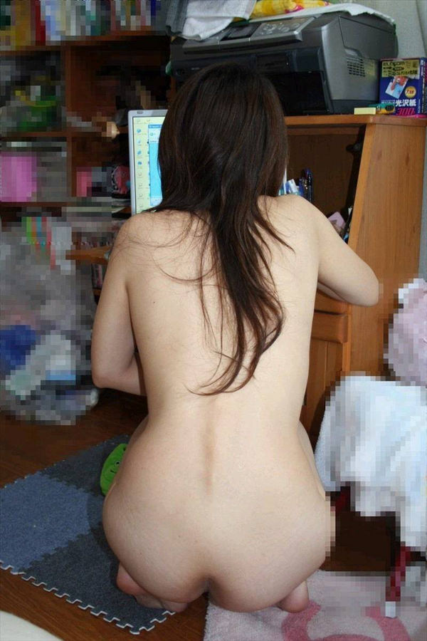 全裸でパソコンする素人お姉さん 3