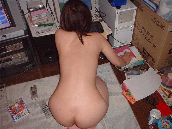 全裸でパソコンする素人お姉さん 6