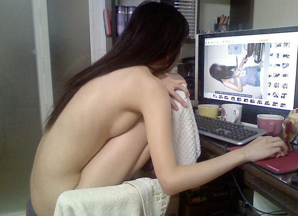 全裸でパソコンする素人お姉さん 17
