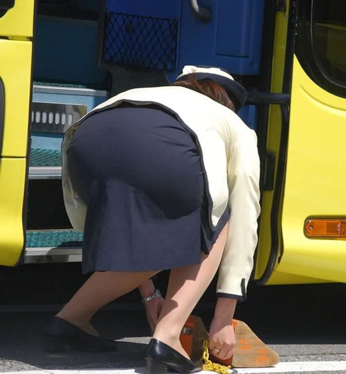 タイト尻がえろい勤務中の本物のBUSガイドさん写真