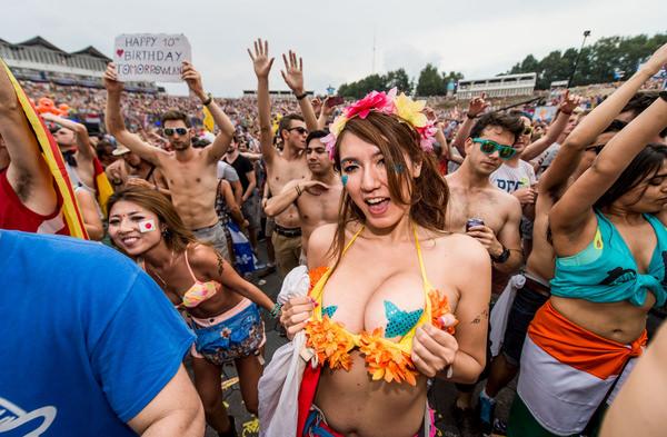 ニップレスで乳首を隠す外国人美女 4