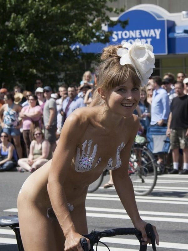 ニップレスで乳首を隠す外国人美女 10