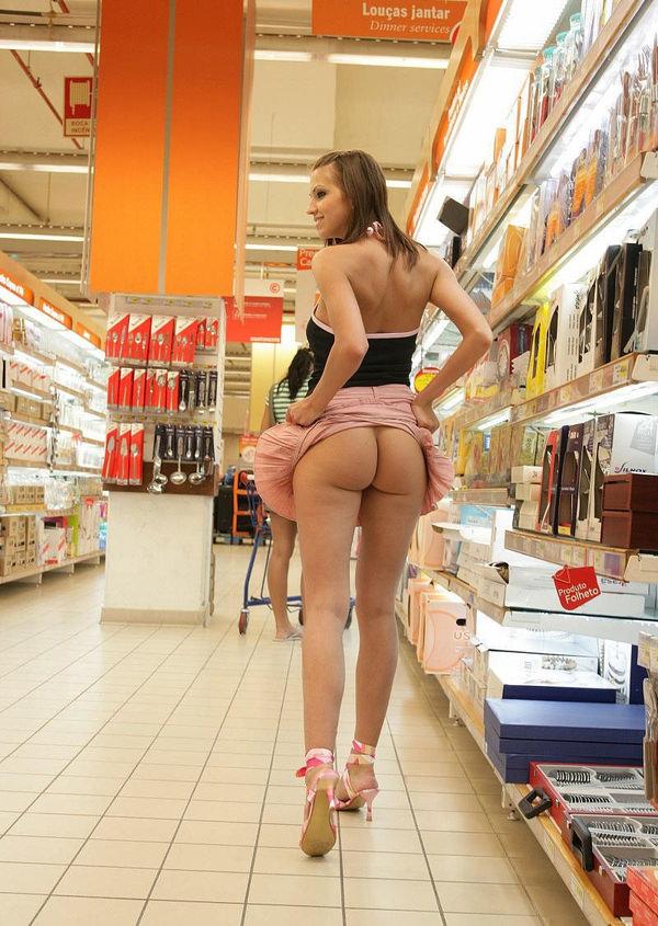 外国人がスーパーマーケットで店内露出 7