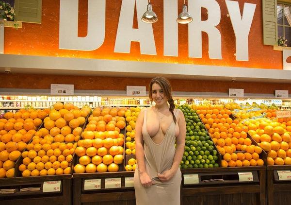 外国人がスーパーマーケットで店内露出 8