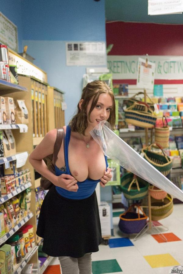 外国人がスーパーマーケットで店内露出 13