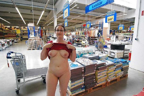 外国人がスーパーマーケットで店内露出 16