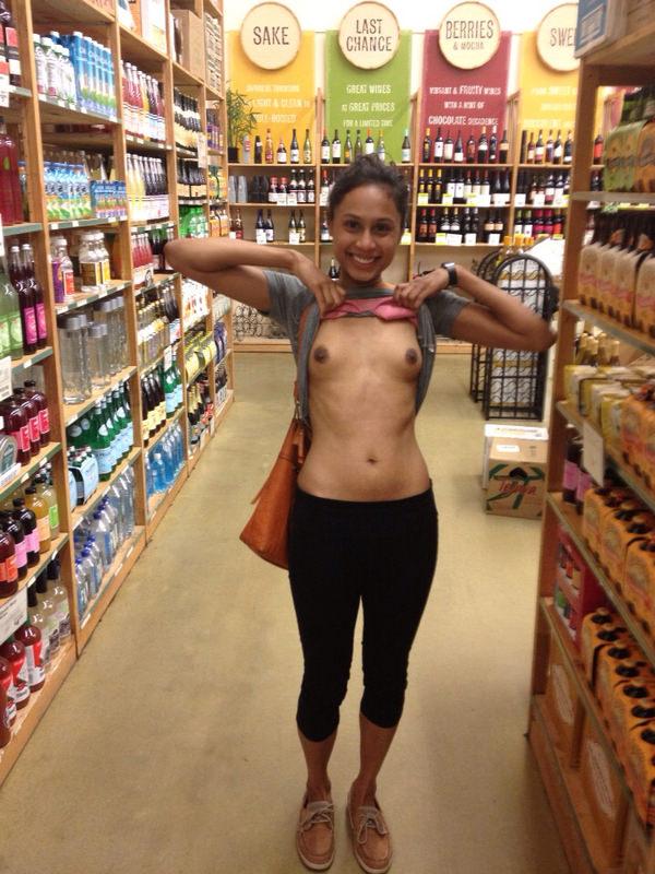 外国人がスーパーマーケットで店内露出 19