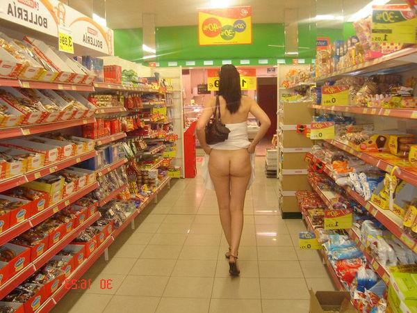 外国人がスーパーマーケットで店内露出 23