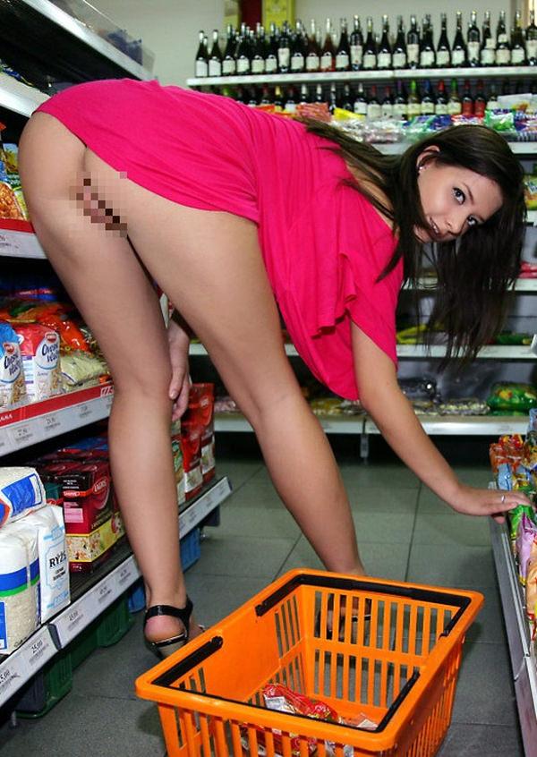 外国人がスーパーマーケットで店内露出 25