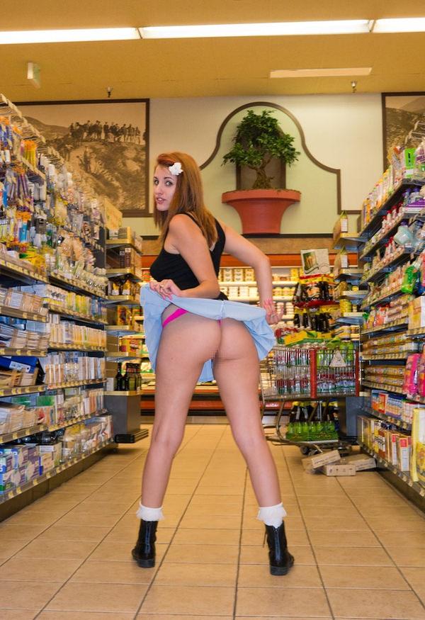 外国人がスーパーマーケットで店内露出 3
