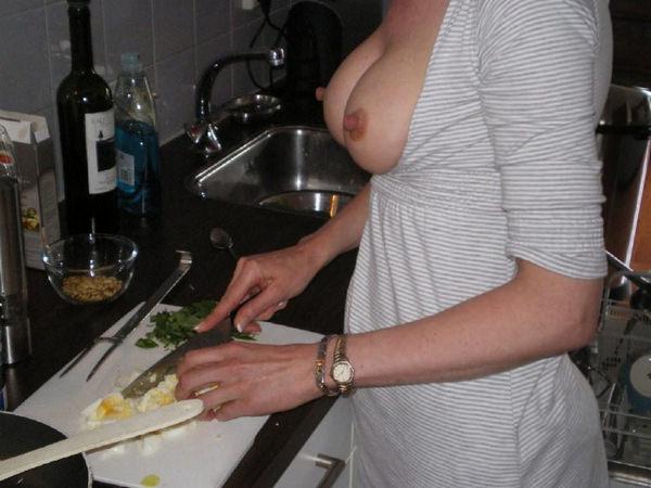 おっぱい出して料理してる外国人 16