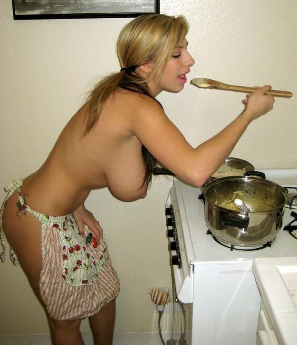 おっぱい出して料理してる外国人 23
