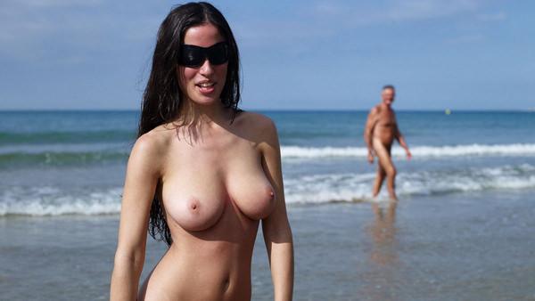 ヌーディストビーチでサングラスかけた外国人美女 1