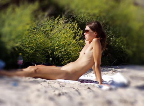 ヌーディストビーチでサングラスかけた外国人美女 2