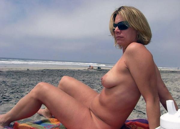 ヌーディストビーチでサングラスかけた外国人美女 5